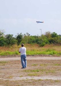 Jesús Pernas practicando vuelo circular en la pista de la Villa Panamericana
