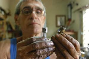 Carlos Anido repara y construye pistones, camisas, etc., para motores