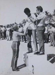 María de los Ángeles premiando a la pareja de Carreras por Equipos (F2C) compuesta por Ricardo Arencibia Martín y Víctor M. Carrasco Morejón, competidores de Ciudad de La Habana. Competencia Nacional de Vuelo Circular celebrada en Guantánamo del 23- 28 de Mayo de 1989 cuando obtuvieron el 1er lugar.