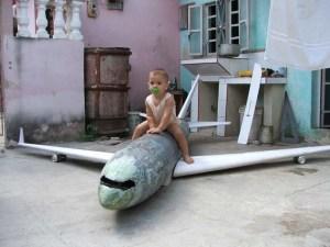 Diego Alejandro de 1 año y 10 meses -hijo de Abel- sobre el Il 96 en construcción