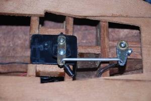 Mecanismo para mover el timón, posteriormente seria sustituido por un servo