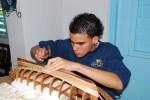 Lázaro trabajando en la construcción de su Bon Temps