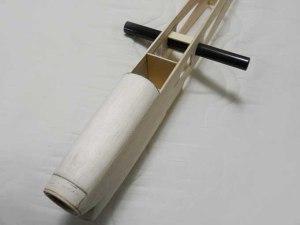 """Vista del tubo central de fibra de carbón montado en el fuse y la nariz con la capota """"removible"""" para acceso a la batería y motor"""