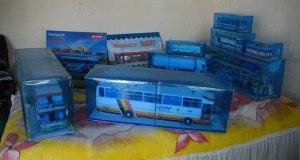 Varios modelos construidos por Juan Abreu en su propio embalaje para preservarolos del polvo