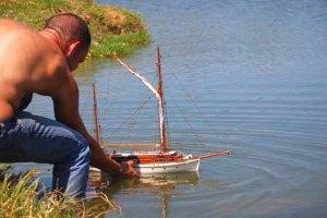 Lázaro coloca su modelo Bon Temps en el agua