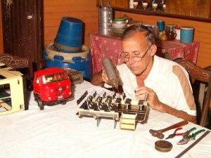 José Francisco se ha dedicado por toda una vida a reproducir con todo detalle modelos de ómnibus ensamblados en Cuba. Foto: 8 Dic 2003