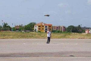 Ricardo Arencibia con su modelo en vuelo