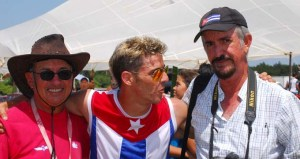 Después de la demostración una foto con el campeón. Mayito (pulover rojo), Javier (al centro) y Wildy
