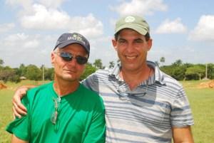 Marcos -con pulover verde- y Eduardo posa sonriente