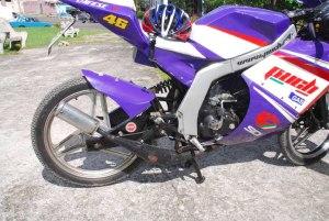 Moto deportiva propiedad de Mikel González. Unidad Puch 74.6 cc y 4 cambios. Alteraciones internas del motor por Francisco Saurí así como diseño del tubo resonante y silencioso