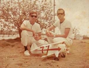 """Coqui/E. Pons con el modelo escala biplano """"Night Twister"""" competencia de la pista de Celimar. Agosto 1969"""