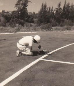 Reabastecimiento de combustible durante una competencia de Team Racing Regla FAI pista del Hotel Mar Azul, Santa Maria del Mar. 1969