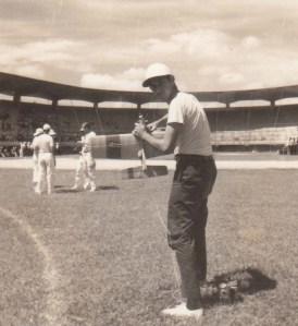 Francisco Saurí poniendo a punto el motor del modelo de combate FAI de E. Pons. Ciudad Deportiva. 1968