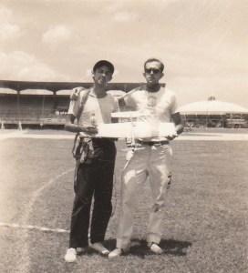 Coqui/ E. Pons luego de ganar una competencia de combate  Regla FAI. Ciudad Deportiva. 1969