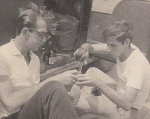 Preparación del combustible previo a una carrera de Ratas (Rat Racing). Reparto Relimar. 1958