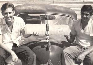 Francisco Saurí y Carlos Castro Palomino mostrando un modelito para entrenamiento de combate por Regla FAI con motor Cox 0.15 (2,5 cc) 1962