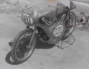 Motor de Alberto Cela en la pista del Malecón previo a una competencia