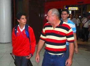 Ismael a la salida del aeropuerto junto a su padre