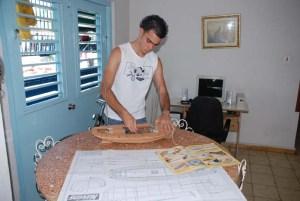 El joven Lázaro Falcón construyendo el modelo de moto velero Bon Temps