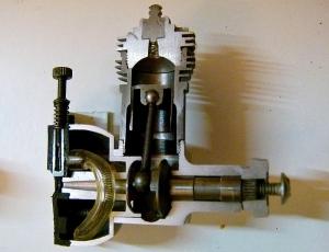 Corte de un motor Cox revelando todas sus partes