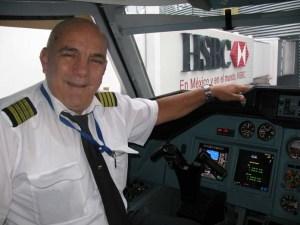 Capitán Luis F. Hernández Janero en la cabina del TU-204