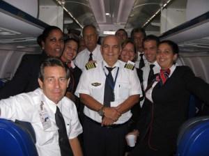 Con sus compañeros en su último vuelo el Capitán Luis F. Hernández Janero en un TU-204