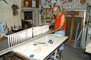 Bebo construyendo un modelo en noviembre de 2004