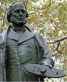 Estatua del ingeniero sueco John Ericsson en Battery Park, NYC, sosteniendo el modelo del Monitor en sus manos