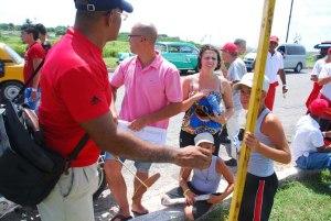 Ángel Luis Franklin promoviendo los planeadores entre los niños y adultos