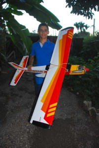 Miguel Antonio con su avión entrenador