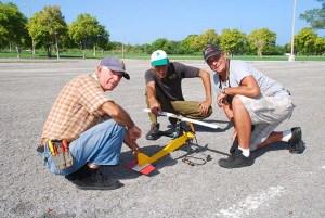 De izq. a derecha Vladimir, Alexis y Gilberto a punto de probar un autogiro de vuelo circular con motor