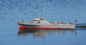 Navega el modelo escala 1:25 del cazasubmarinos cubano CS-13