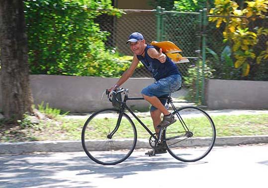 Aris en bici regresando a su casa con su modelo en la espalda