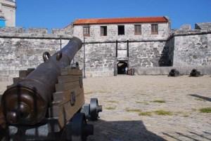 El Castillo de la Real Fuerza se encuentra en el casco historico de la Habana Vieja, muy cerca de la entrada de la bahía.