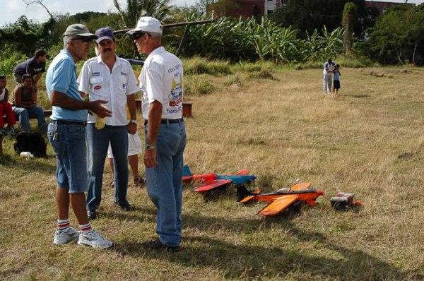 De izq. a derecha. Bebo (ya fallecido), su hijo Bebito y Camacho