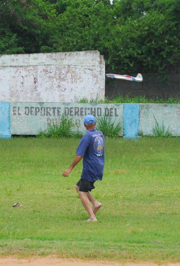 Apenas llegamos a Cárdenas para las competencias de Varadero Julio de 2011 fuimos al estadium de pelota y Camacho fue uno de los primeros en practicar sus vuelos
