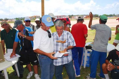 Camacho recibiendo diploma y trofeo al ganar el 1er lugar en F2B en Julio de 2011 en Varadero
