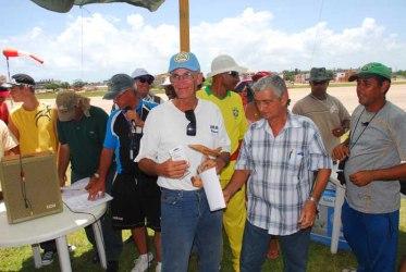 Camacho recibiendo el diploma y trofeo al ganar el 1er lugar en F2B en Julio de 2011 en Varadero