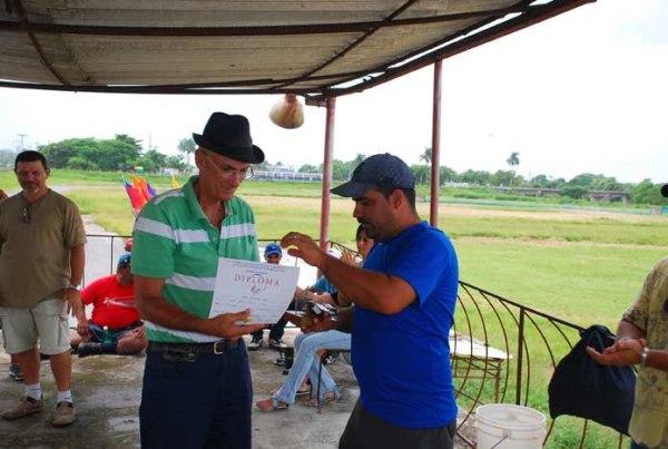 Recibiendo el diploma del 3er lugar F2B Pinar del Rio 20 julio 2012