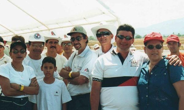 Camacho estuvo en tres ocasiones en Costa Rica, en 1999, 2000 y 2001. En la foto Camacho en el centro junto a un grupo de amigos. 2001