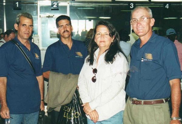 En el aeropuerto de San José minutos antes de partir, de izq. a derecha Luis Rodríguez, Bebito, la esposa de Perdomo y Jorgito Camacho, 2001