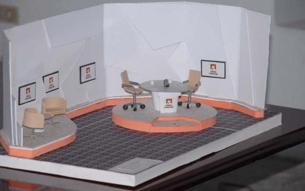 El profesor Miguel Díaz presentó la maqueta de la Mesa Redonda la cual fue diseñada en el ISDI