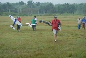 La lluvia interrumpio los vuelos y hubo que protegerse