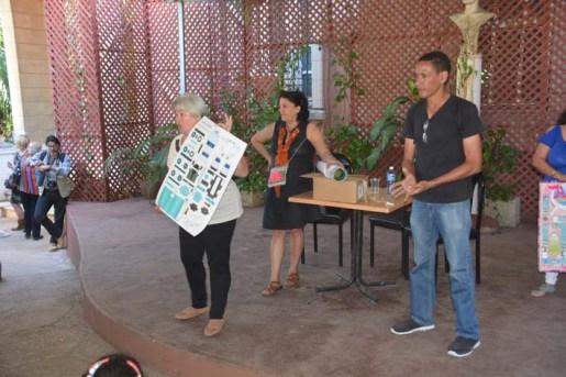 En el centro cultural José Martí se realizó la presentación de libros y ediciones de la Editora Abril, entre ellas el recortable de un camión pipa realizado por Alexis Espinosa.