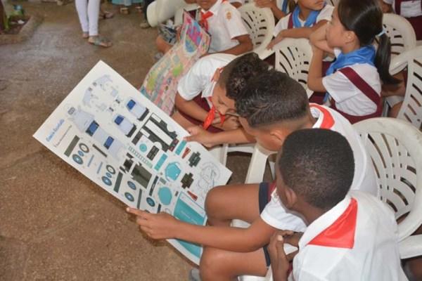 Los niños pronto mostraron interés por el nuevo recortable