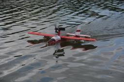 Sesión de navegación y vuelo de hidroavión en la presa del Zoo Nacional