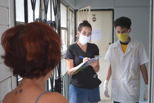 Daniela y Tony Jóvenes estudiantes de medicina realizan pesquisaje