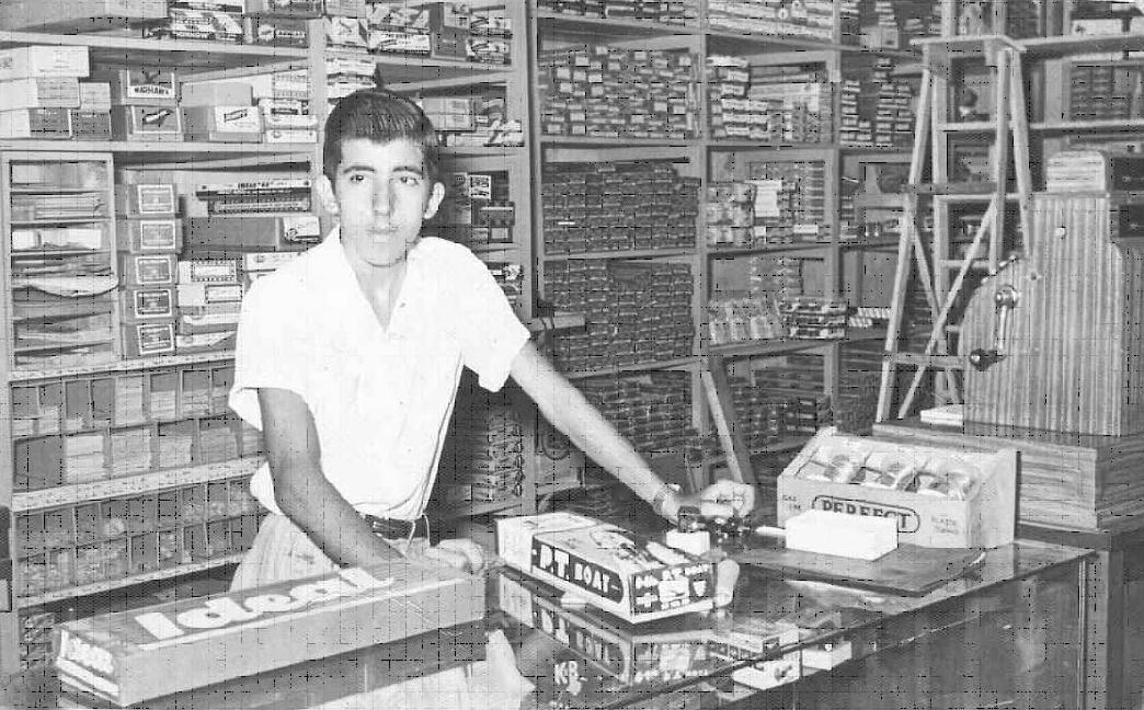 Bebo empleado de la tienda Hobby Center en O Reilly Habana Vieja